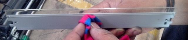 اکنون که شما موفق به باز کردن تیغه پاک کن شدید، باید قسمت جمع آوری زائد و بخش تیغه را تمیز کنید. تیغه باید با یک پارچه نرم و نه یک قلم مو پاک شود زیرا قلم مو می تواند بر روی تیغه خراش ایجاد کند.