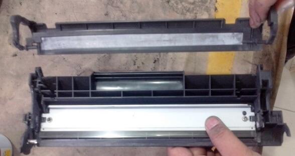 پوشش پلاستیکی را طوری که به برش / شیار ثابت شود در جای خود قراردهید، همانطور که نشان داده شده است