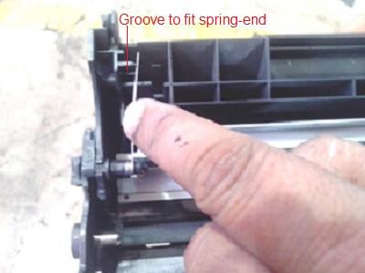 فنر را در جای خود قرار دهید، همانطور که در تصویر زیر نشان داده شده است