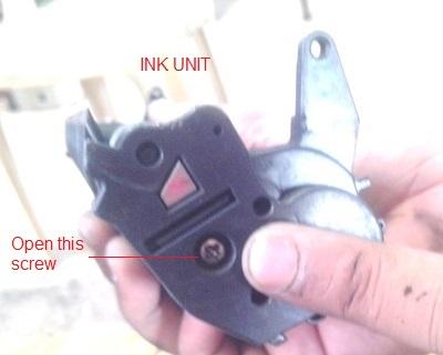 حالا آنچه که تا به حالا انجام داده اید این است که قسمت جوهر زائد را باز کرده اید، آن را پاکسازی کرده و آن قسمت را بسته اید. حالا بخش اصلی شارژ کارتریج با پودر اصلی پرینتر لیزری است. بنابراین، ، قسمت دیگر جایی که جوهر وجود دارد را بردارید. آن را باز کنید و جوهر را پر کنید و سپس آن را ببندید و در نهایت مجددا دو قسمت که قبلا از هم جدا شده اند را بهم متصل کنید.
