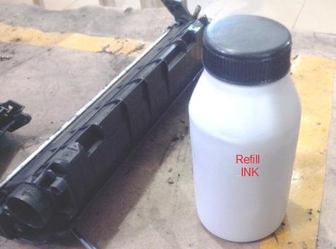 پوشش پلاستیکی سفید را خارج کرده، و آماده برای پر کردن تونر شوید، اما فراموش نکنید قبل از استفاده بطری جوهر را خوب تکان دهید. پس از باز کردن درب بطری، می توانید از یک درب پلاستیکی قیفی استفاده کنید که می توانید از فروشنده آن را بخواهید