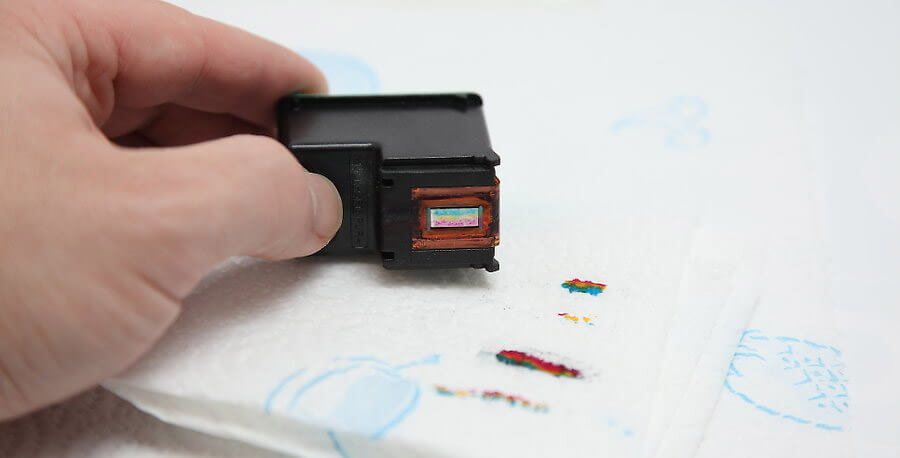 پس از پر كردن هر سه رنگ، كارتريج را بر روي يك دستمال کاغذي قرار دهيد و آن را پاک کنید (بدون شستن و یا دستمال کشیدن)